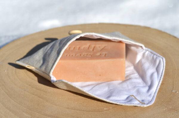 Pochette étanche en lin et savon au géranium