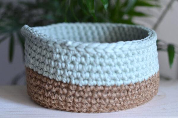 Une panière à accessoires bicolore et artisanale fabriquée dans les Alpes