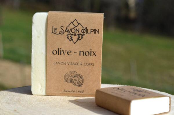 Un savon local à base d'huile d'olive et de noix produit dans les Alpes